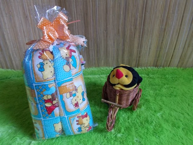 TERMURAH paket kado bayi bantal guling hello kitty biru Rp 30.000 terdiri dari satu bantal dan dua guling hello kitty