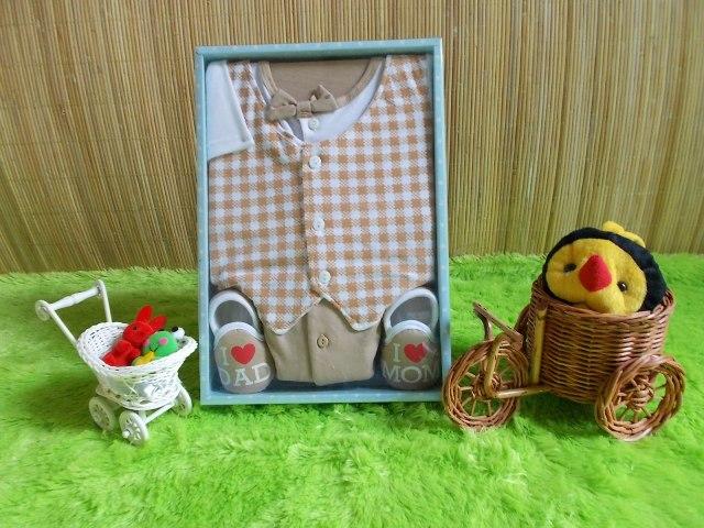 baby gift set paket kado bayi cowok cream Rp 70.000 terdiri dari baju rompi kotak-kotak,sepatu,dan celana cocok untuk kado