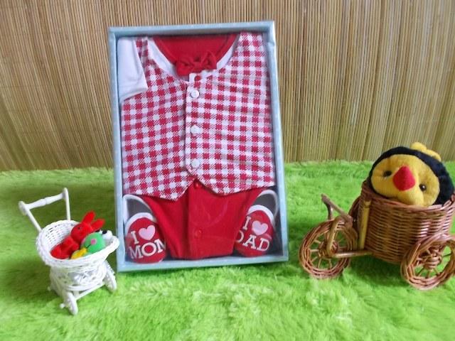 baby gift set paket kado bayi cowok merah Rp 70.000 terdiri dari baju rompi kotak-kotak,sepatu,dan celana cocok untuk kado