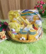 paket kado bayi keranjang kuning tangkai 59 terdiri dari tempat bedak,topi dan sepatu rajut, bedak,sabun baby,sarungan tangan kaki bayi,boneka imut