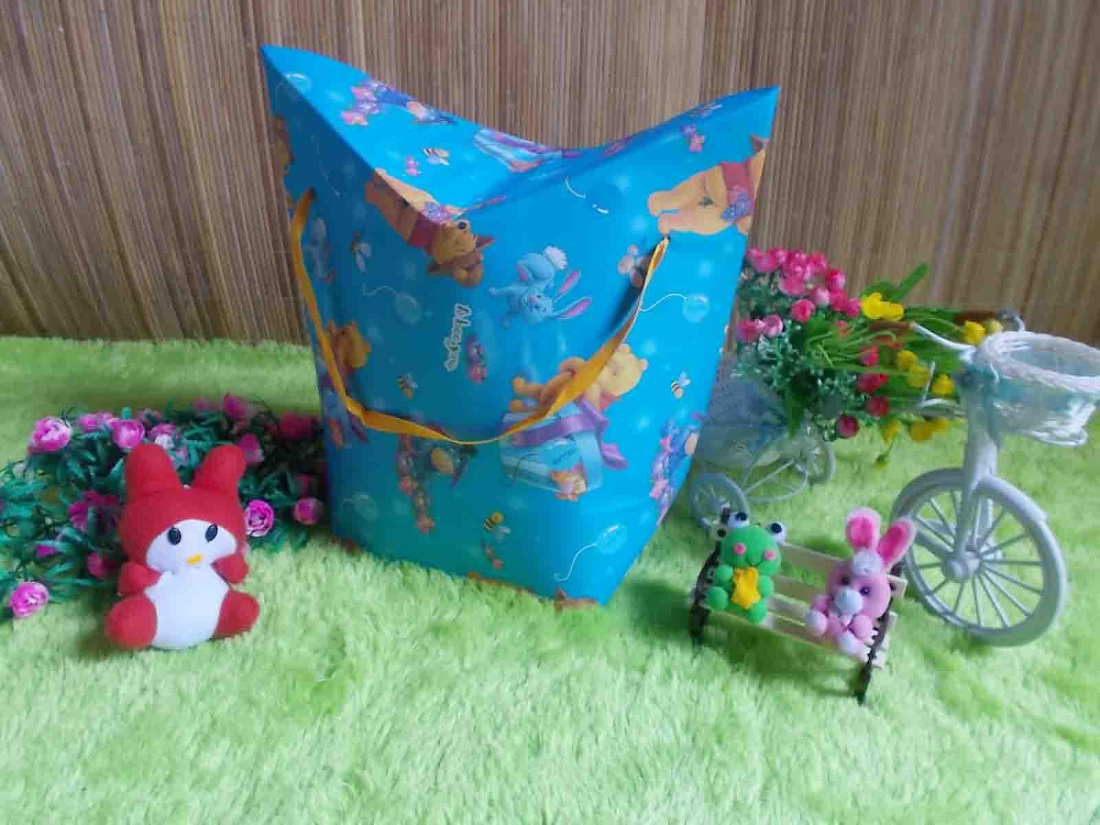 kemasan kado, bungkus kado, tas souvenir, tas kado, paper bag, gift bag WINNIE THE POOH BIRU 15 bahan karton tebal dan kaku jadi bisa digunakan berulang kali,