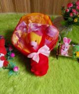 paket kado bayi keranjang kuning merah tile 65 terdiri dari topi bayi,baju dan celana bayi,bedak dan sabun bayi,washlap,dan boneka imut