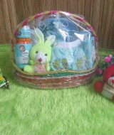 paket kado bayi keranjang biru tangkai 65 terdiri dari baju,popok&celana bayi,washlap,bedak,sabun baby,sarung tangan kaki bayi,boneka imut