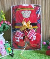 Paket Kado Bayi Baby Gift Cars merah 55 terdiri dari Jaket Jubah Babycape, set topi kaos kaki rajut, bahan lembut adem, cocok untuk kado