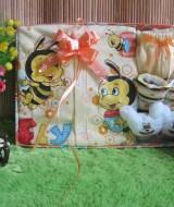 Paket Kado Bayi Baby Gift Lebah Kuning 60 terdiri Setelan Piyama Lebah dan kaos kaki boneka bahan adem lembut, cocok untuk kado