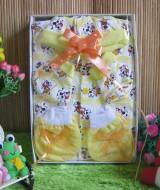 Paket Kado Bayi Baby Gift Little Moo Kuning 57 terdiri dari Set Sleepsuit plus topi kaos kaki, set sarung tangan kaki, bahan lembut adem, cocok untuk kado