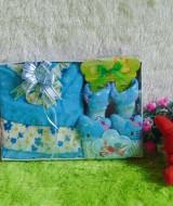 Paket Kado Bayi Baby Gift Dress Biru 62 terdiri Dress pesta, bandana dan kaos kaki boneka,bahan adem lembut, cocok untuk kado