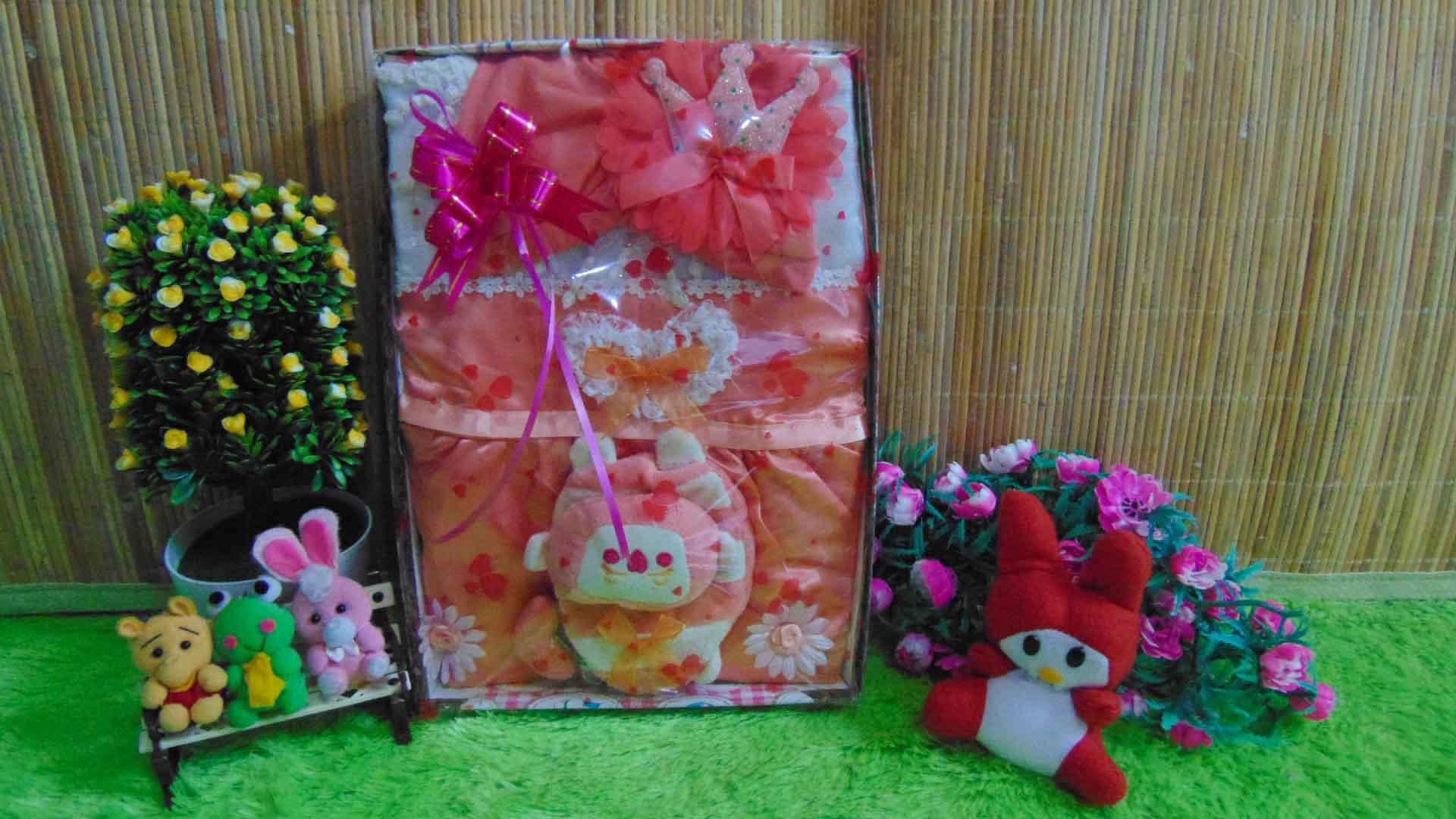 paket kado bayi peach cantik 65 terdiri dari dress bayi cantik,turban bayi cantik,dan tas bayi mini imut,cocok banget utk kado