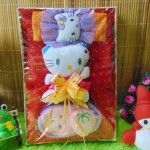 Paket Kado Bayi Baby Gift Dress Merah Mekar Hello Kitty Series 57 terdiri Dress pesta,bandana hello kitty dan dompet boneka, serta boneka hello kitty cantik