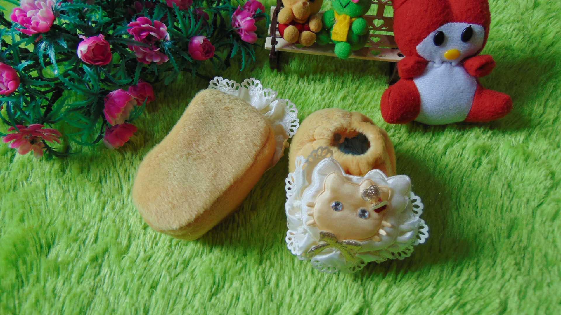sepatu prewalker bayi newborn hello kitty bulu cream Rp 29.000 muat untuk 0-6 bulan lucu dan imut untuk kado ada box mikanya,cocok untuk kado bayi (1)