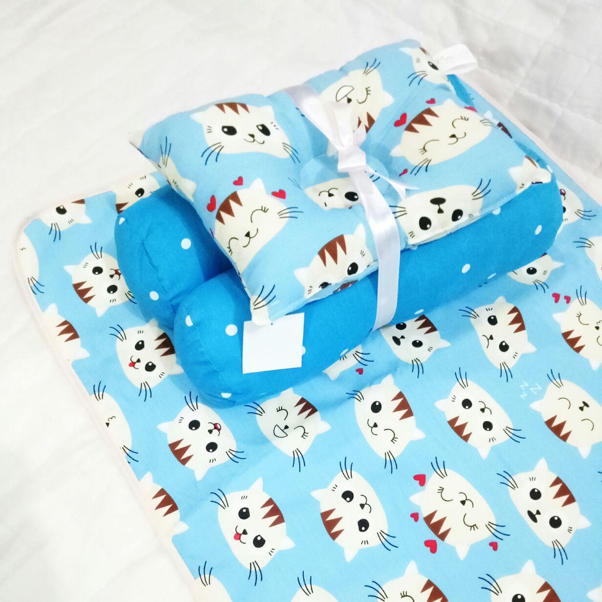 EKSKLUSIF Kado Bayi Baby Bedding Set 4in1 Matras Perlak Set Bantal Peang Plus 2 Guling motif Kucing Biru Lucu