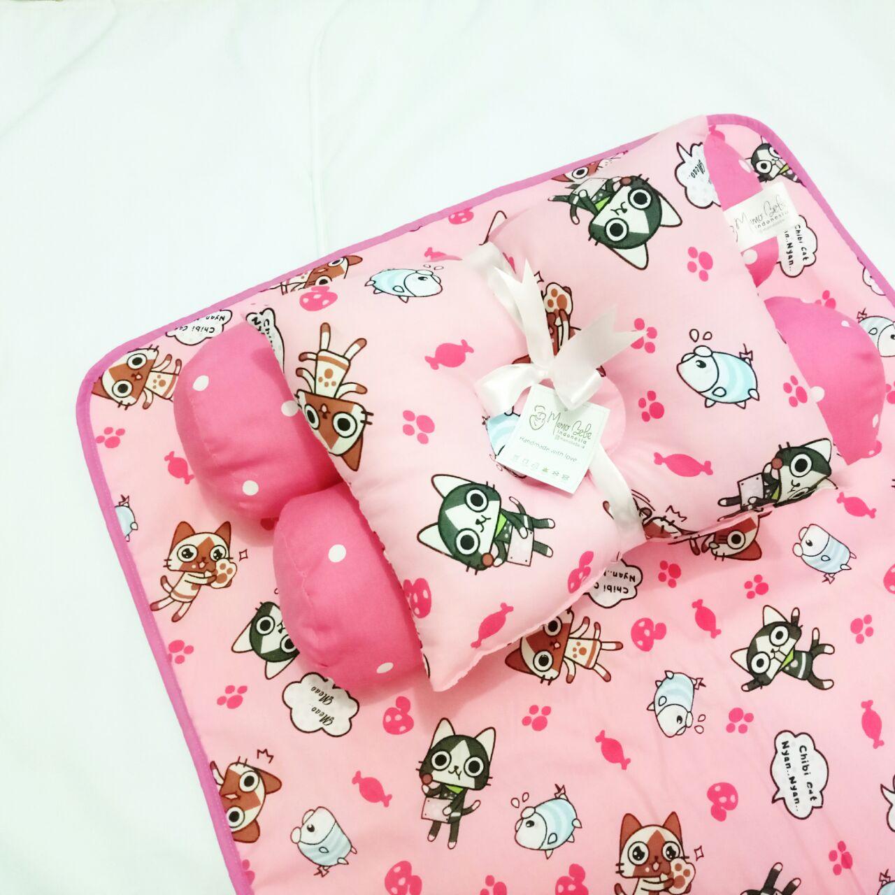 EKSKLUSIF Kado Bayi Baby Bedding Set 4in1 Matras Perlak Set Bantal Peang Plus 2 Guling motif Kucing Pink Lucu