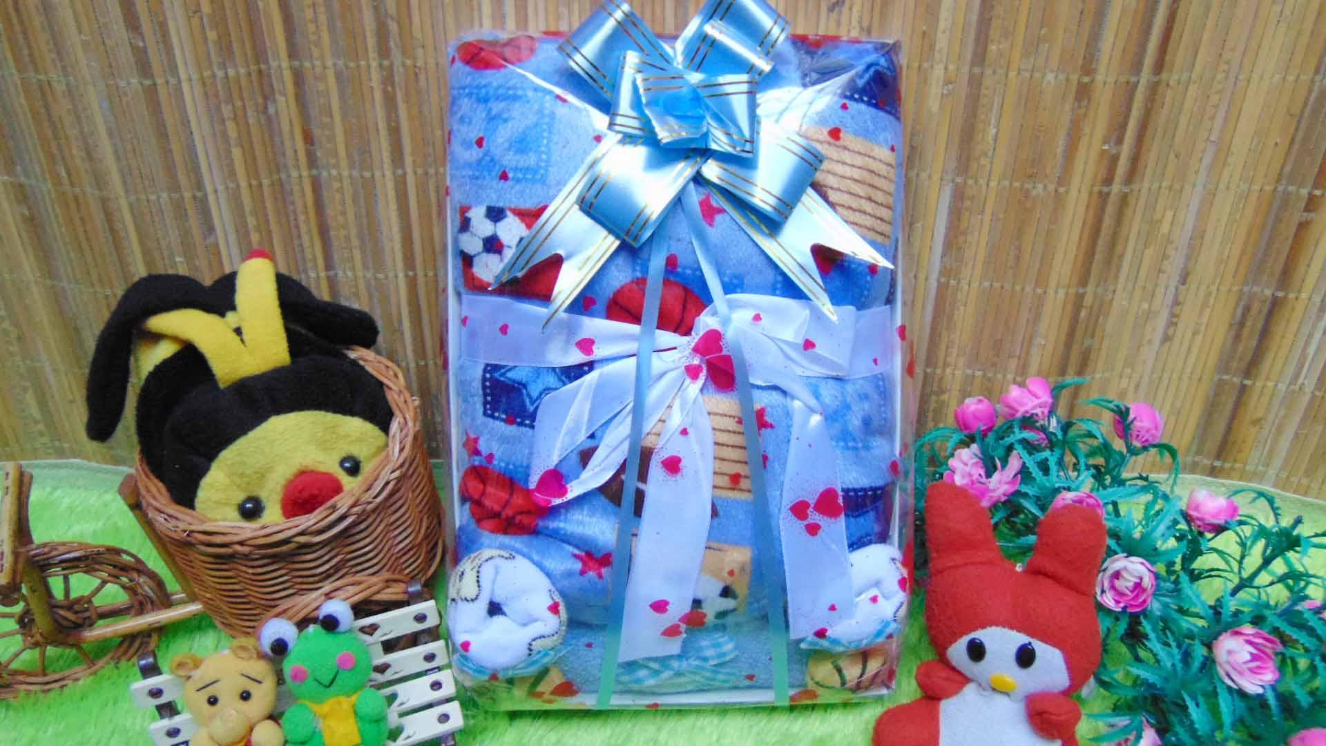 Kado Lahiran Paket Kado Bayi Baby Gift Box Selimut Carter Plus Baby Sock Blue Boy Balls 75 terdiri dari selimut carter extra lembut,kaos kaki boneka baby,FREE KARTU UCAPAN