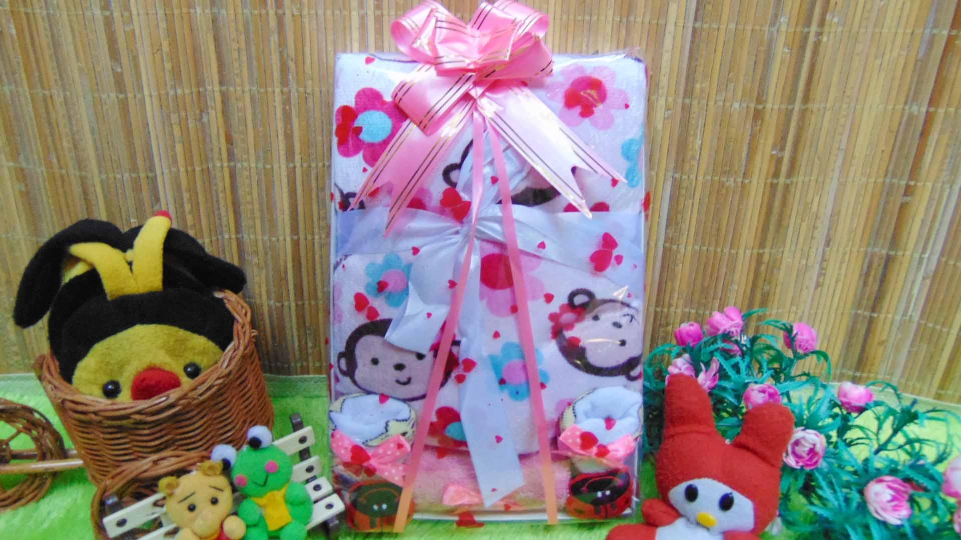 Kado Lahiran Paket Kado Bayi Baby Gift Box Selimut Carter Plus Baby Sock Pinky Monkey 75 terdiri dari selimut carter extra lembut,kaos kaki boneka baby,FREE KARTU UCAPAN