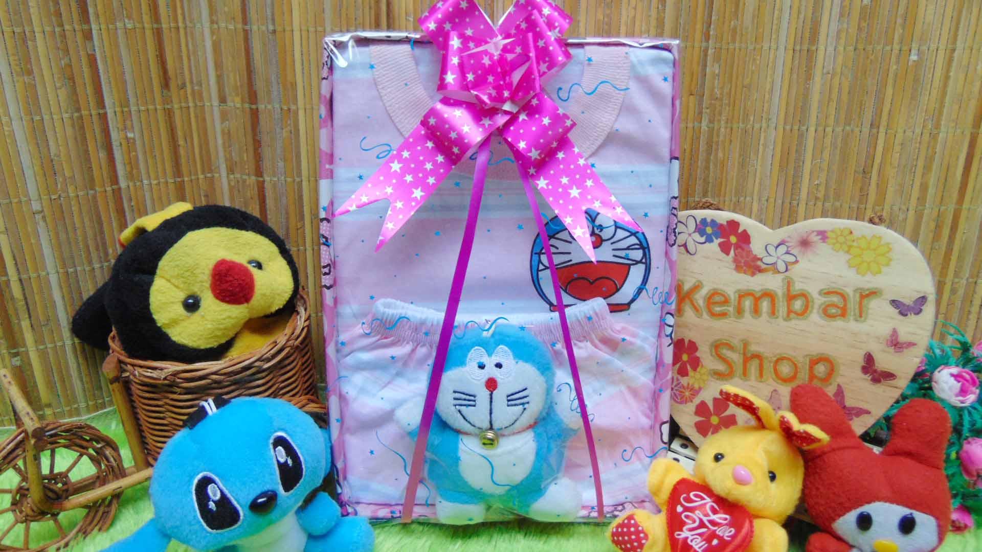 utama - FREE KARTU UCAPAN Kado Lahiran Paket Kado Bayi Baby Gift Box Doraemon Pink 2in1 49 terdiri dari setelan kaos doraemon 0-12bln dan boneka doraemon lucu
