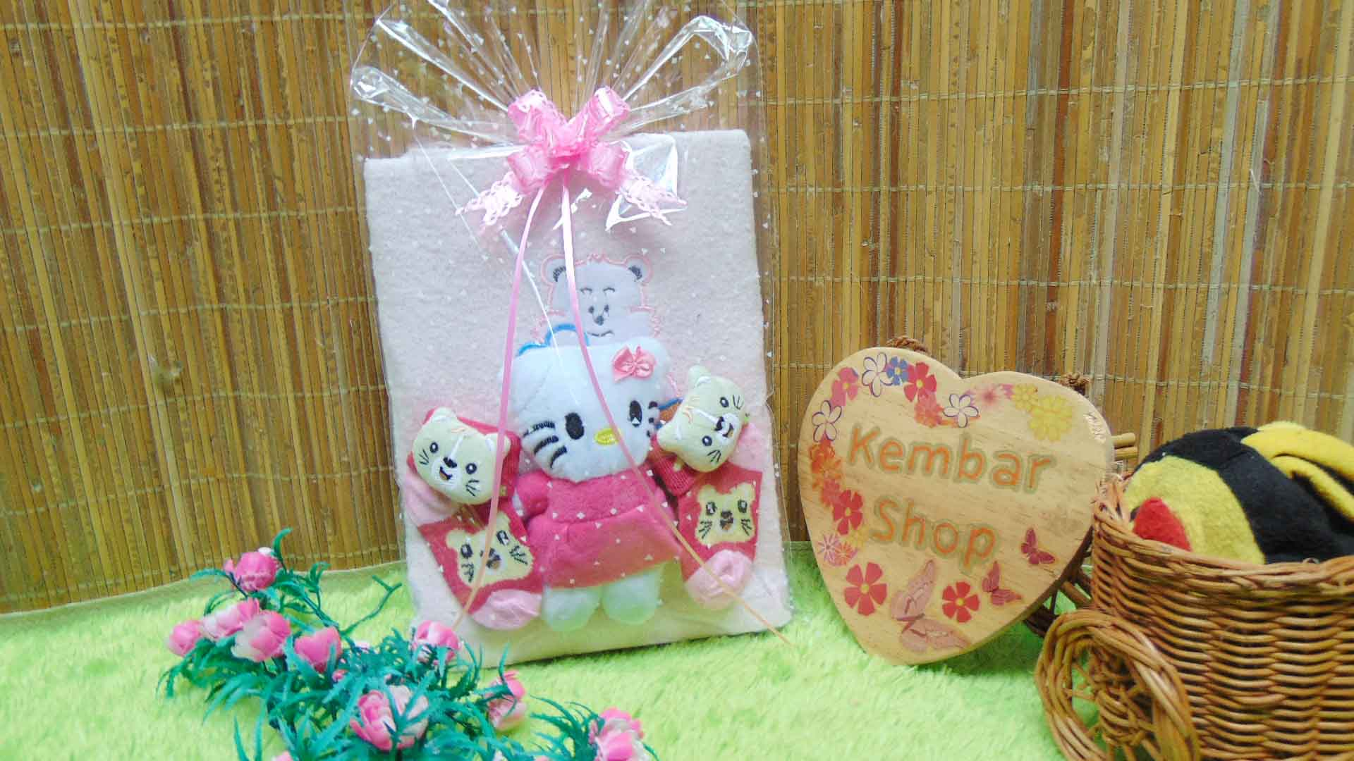 foto utama - FREE KARTU UCAPAN hampers baby gift set paket kado lahiran souvenir bayi newborn HANDUK SOCK BONEKA pink
