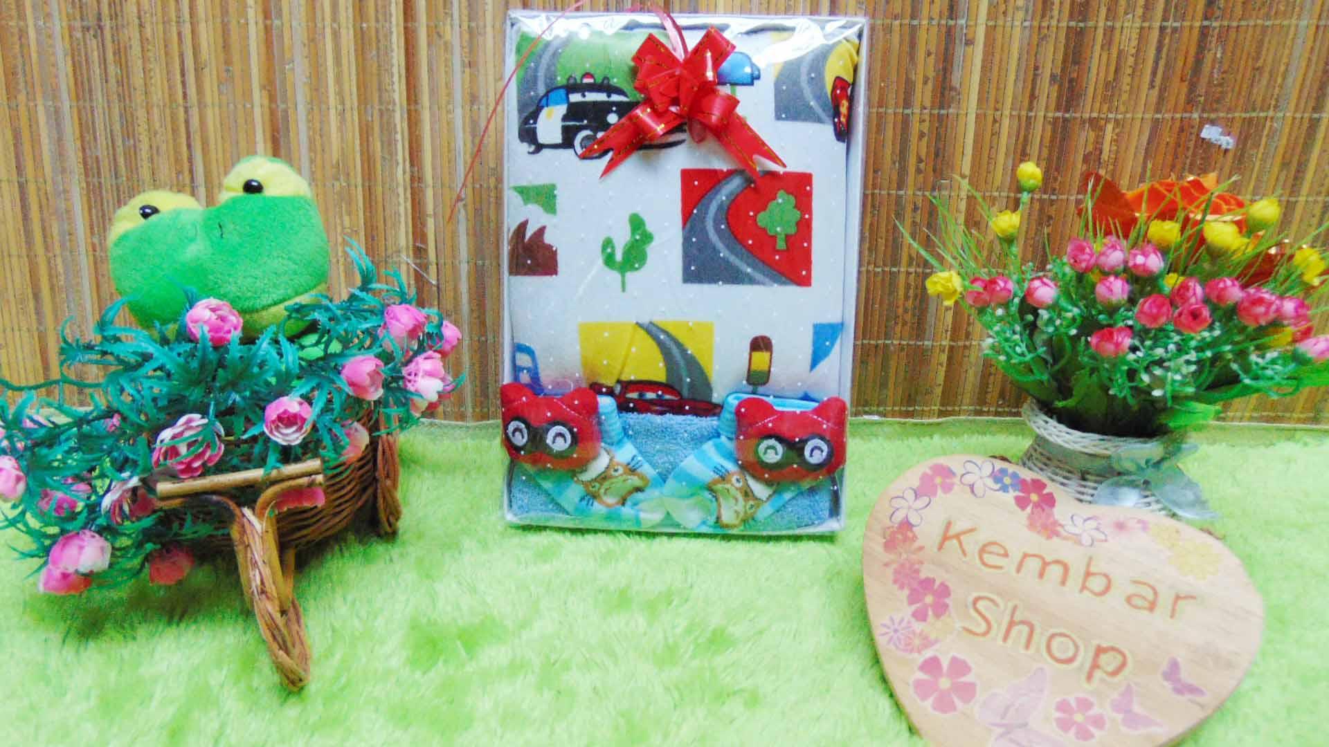 FREE KARTU UCAPAN Kado Lahiran Paket Kado Bayi Baby Gift Box Selimut Carter Plus Baby Sock BOY Acak (2)