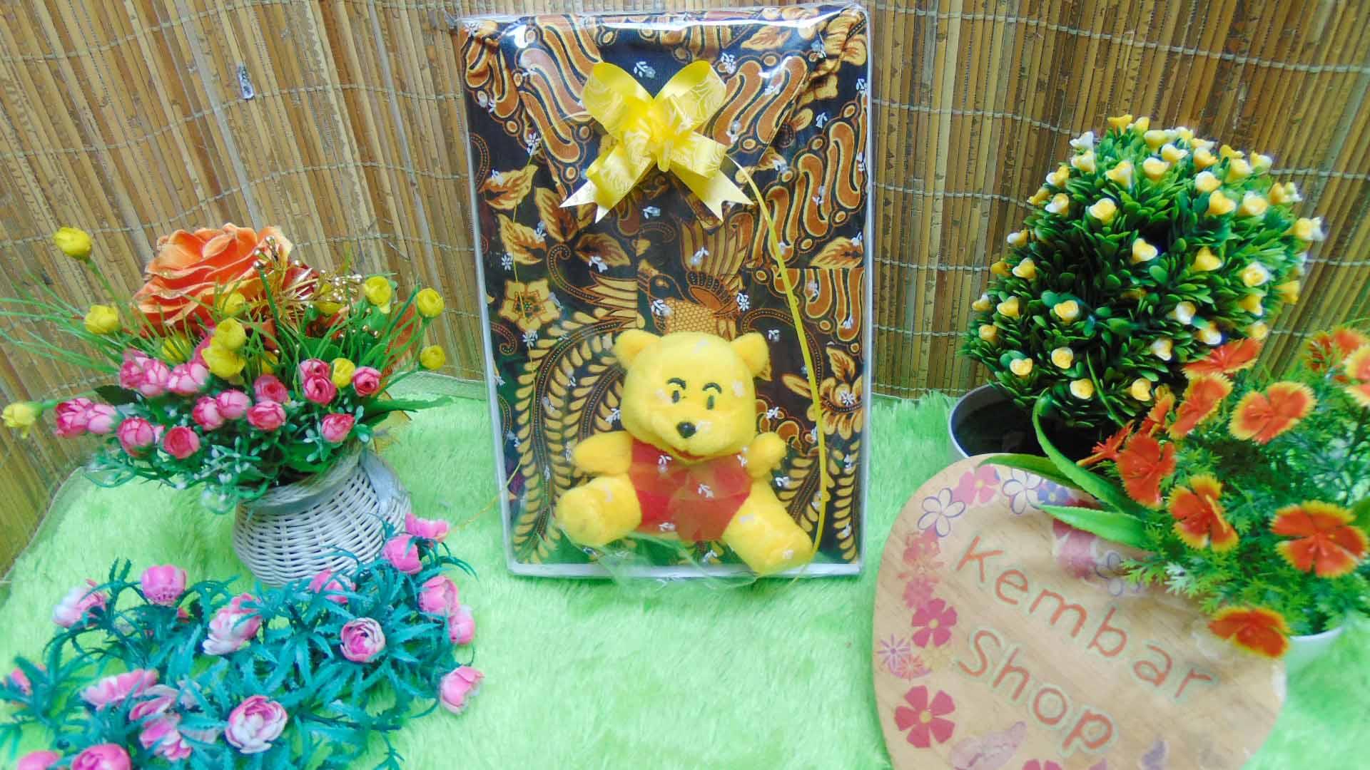 paket kado ulang tahun bayi laki-laki 0-2th kemeja batik plus boneka motif random (1)