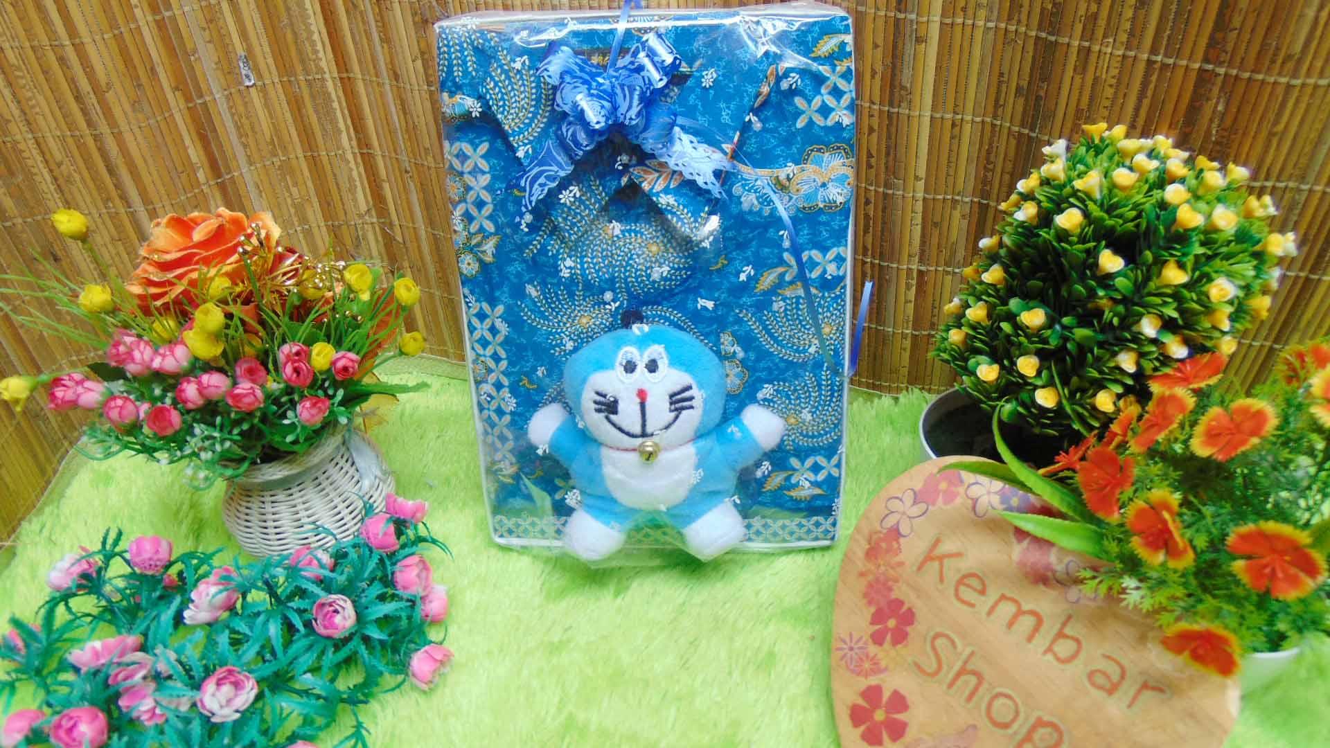 paket kado ulang tahun bayi laki-laki 0-2th kemeja batik plus boneka motif random (2)